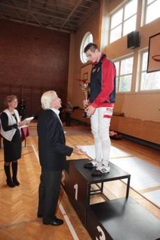 Damian Michalak odbiera medal z rąk Mistrza Olimpijskiego z Tokio - Egona Franke